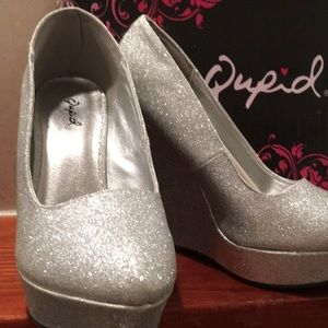 NWT QUPID Closed Toe Silver Glitter Wedge Size 7.5